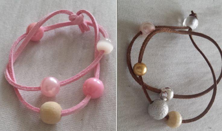 Biżuteria hand made cieszy się wielką popularnością. Proste ozdoby z łatwo dostępnych materiałów może wyczarować niemal każdy. Zobacz, jak z kawałka rzemyka i kilku koralików stworzyć niepowtarzalne bransoletki dla mamy i córki.