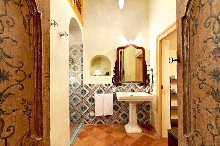 Le sale da bagno di Villa San Giacomo a Positano: sole mare, cuoco privato e bagni da sogno. [Bagnidalmondo.com | Un blog sulla cultura dell'arredo bagno]
