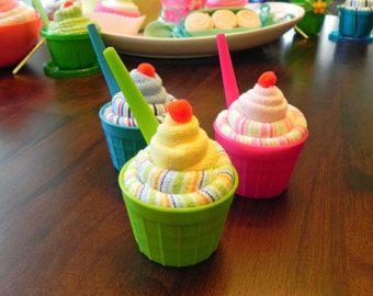 BabyBinkz - Mini Diaper Cake  Mini-Windel-Kuchen sind das perfekte Party-Mittelpunkt oder Geschenk Add-on!  Handarbeit mit 8 Prämie Wegwerfwindeln, liebenswert hölzerne Zeichen und Premium Multifunktionsleiste zu koordinieren, sie sind alle die Spaß an einem Fun Preis! Die Windeln sind brauchbar und das hölzerne Zeichen kann verwendet werden, zu helfen, das Kinderzimmer zu dekorieren! Auf der Suche nach einem speziellen Thema – Fragen Sie uns!  Dieses Angebot gilt für ein Mini-Windel-Torte…