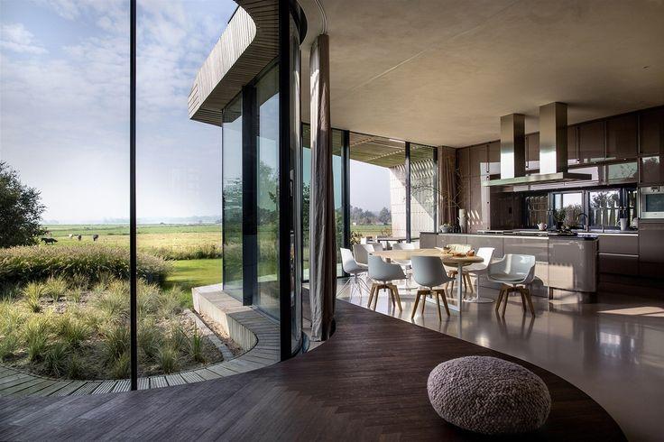 Zařízení se nese v neutrálních tónech šedé, bílé a béžové a tvarově odpovídá organickému designu domu.