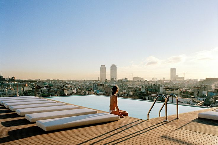 Grand Hotel Central In Barcelona. The infinity pool gives great views of Barcelona's famous Gothic District. Photo by Grand Hotel Barcelo. Grand Hotel Barcelona, Barcelona City Centre, Barcelona Restaurants, Barcelona Spain, Barcelona Guide, Best Rooftop Bars, Rooftop Pool, Small Pools, Design Hotel