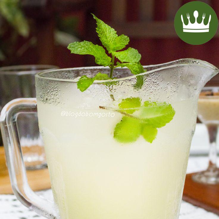 Limão, gelo, Schweppes e, se quiser, martini! Esses são os ingredientes deste delicioso drink refrescante! Faça ainda hoje e assista ao vídeo do 'Almoço de Verão Express' para ver sugestões de pratos que podem acompanhar a bebida 😉 Com amor, Gabi Rossi.