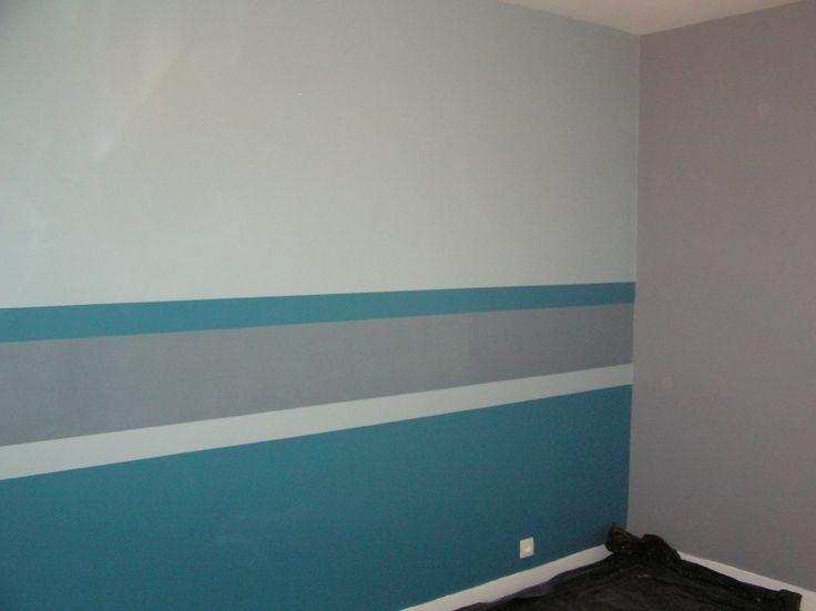 couloir. bleu petrole en bas. blanc, gris.