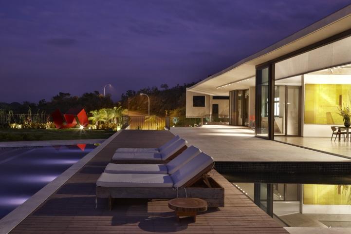 House JE designed by Humberto Hermeto Arquitetura