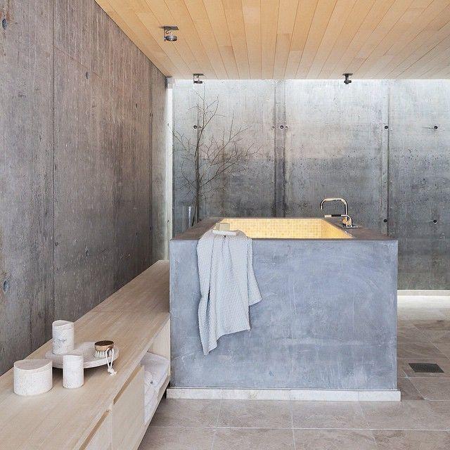 Luksuriøst fristed Med plasstøpt badekar, enkle materialer som ubehandlet betong, mosaikkfliser og plassbygde trebenker er dette badet bare så kult! Det er fullt av gjennomtenkte detaljer, her er det masse ideer å hente. Se mer i siste utgave av bladet. Foto Sandra Aslaksen #bobedre #scandinaviandesign
