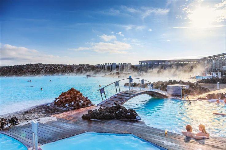 Laguna Azul - ISLANDIA  Las aguas de Bláa Lónid se extraen a gran profundidad para proporcionar energía y calefacción a Grindavik y Reikiavik. Enfriadas después a 40 °C, alimentan este famoso balneario al aire libre. El color turquesa lo proporcionan unas microalgas. Son muy útiles en la psoriasis.