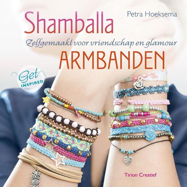 Inkijkexemplaar Shambala armbanden Zelfgemaakte armbanden in een handomdraai Shamballa-armbanden zijn gelukssieraden met een mooie boodschap, zoals liefde en vrijheid. De armbanden zijn populair om weg te geven, maar het is ook mooi om ze te krijgen. De armbanden kun je zelf maken door middel van knopen, rijgen of vlechten. Ze zijn gemaakt met o.a. katoenkoord, leer, biaisband of elastiek en afgewerkt met bedels en veel soorten kralen. Van eenvoudig tot moeilijk, dit boek biedt voor ieder…