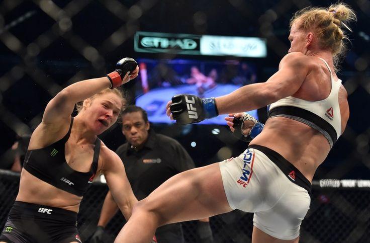 Holly Holm (à droite) a dominé Ronda Rousey