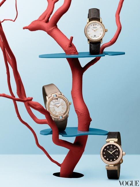 Часы из розового золота с бриллиантами — классика. А разноцветные ремешки делают ее современной.