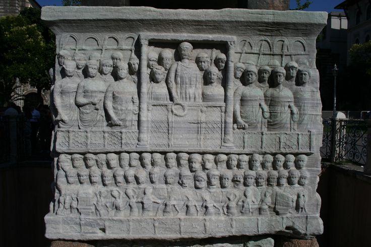 Basamento dell'Obelisco di Teodosio - 390 - marmo a rilievo - Istanbul. La base dell'obelisco di Teodosio rappresenta l'imperatore che incorona il vincitore della corsa coi carri.   La scena è rappresentata frontalmente senza profondità, le figure sono su piani sovrapposti, e presentate gerarchicamente, in modo quasi all'arte egiziana.