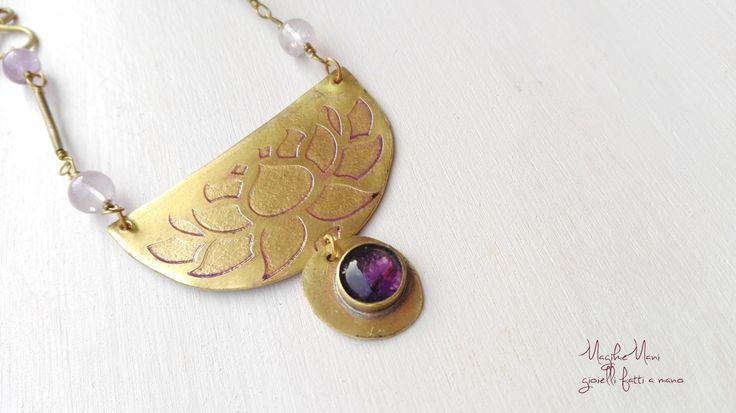 Collana con ciondolo in ottone inciso con fiore di loto, castone di ametista e perle di ametrino di MagikeMani su Etsy