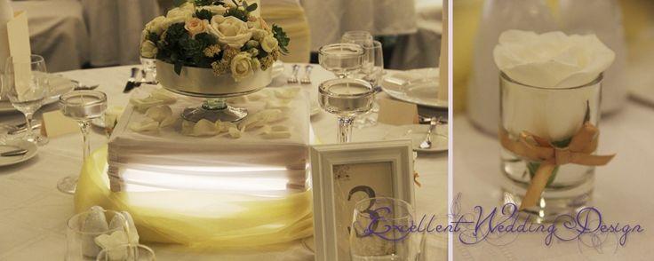 Fehér és ekrü esküvői dekoráció-középasztal dísz
