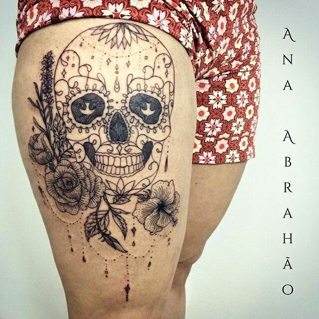 """Caveira e rosas, como não ser a combinação perfeita?  Tatuagem feita por <a href=""""http://instagram.com/abrahaoana"""">@abrahaoana</a> ❤️ Ana Abrahão Tattoo Artist. Brasília, Brasil.  AnaAbrahaoink@gmail.com http://www.facebook.com/AnaAbrahaoInk  Quer saber mais sobre tatuagens de caveiras?  A sua simbologia remete para a mudança ou transformação na vida de alguém, como o princípio de uma nova etapa ou ciclo. Serve também para nos lembrar que a vida passa e além disso somos todos iguais."""