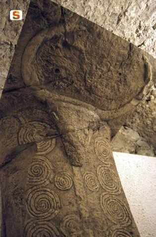 Protome taurina con spirali - Bonorva, Necropoli di Sa Pala Larga