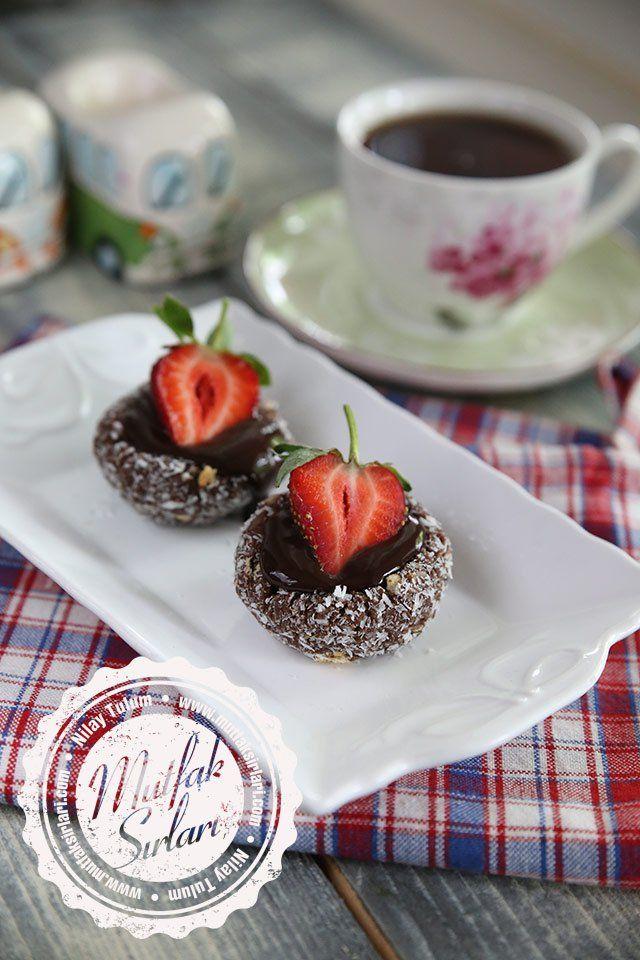 Bisküvi Çanağında Çikolata Soslu Çilek Tarifi | Mutfak Sırları