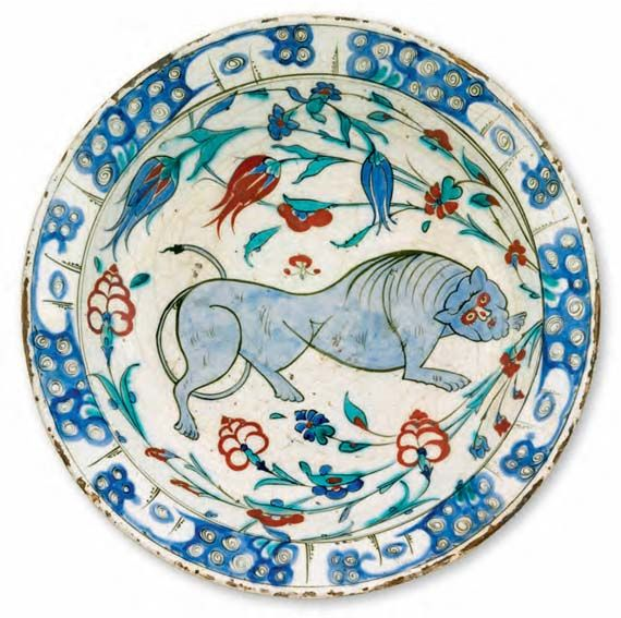 Dish with a lion / Turkey, Iznik, second half of the 16th Century / Fritware, polychrome underglaze painted on an opaque white glaze, Ø 36.5 cm