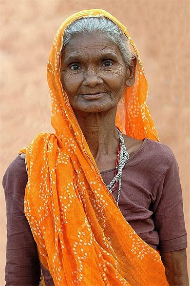 Le sari orange. Inde > Rajasthan > Ranthambore > Portraits