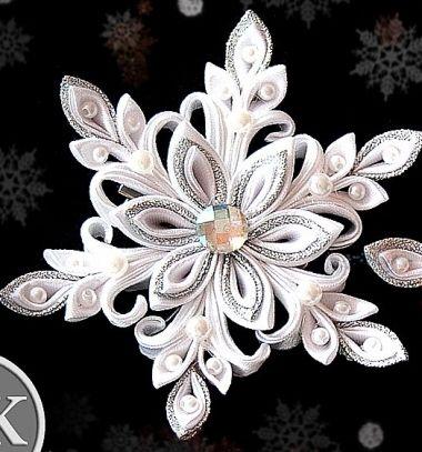 Gorgeous silk ribbon snowflakes with kanzashi technique // Gyönyörű selyem szalag hópehely kanzashi technikával // Mindy - craft tutorial collection // #wintercrafts #winterdecors #wintercrafttutorials #diy #DIY #wintercraftideas #diywinterdecors
