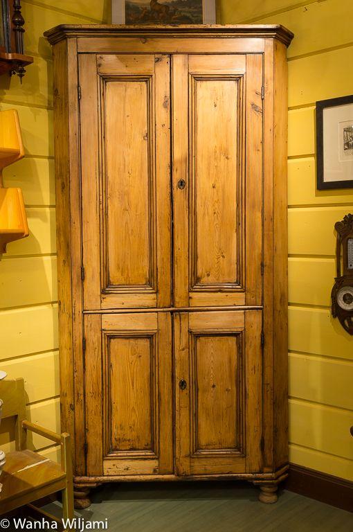 Talonpoikainen kulmakaappi 1800-luvulta.