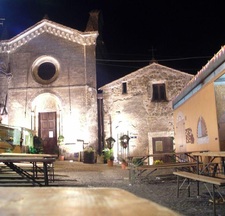Nepi nel Viterbo, Lazio - Chiesa di San Biagio         ( a destra )  Chiesa della Madonna delle Grazie      ( a sinistra ) - Foto Scattata durante il Palio del Saracino