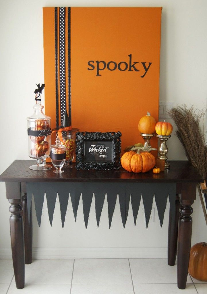 "Like that ""spooky"" canvas.  Also has the printable for that little ""something wicked this way comes"" sign."