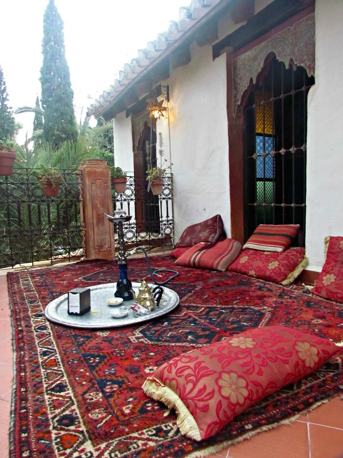 Carmen del Campillo - Casa Morisca, tetería. Alfombra roja con cachimba. Carmen del Campillo - Moorish House, tearoom. Red carpet with hookah.