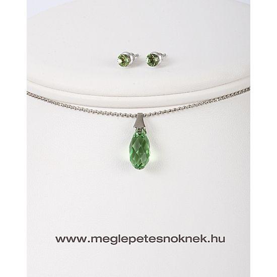Gyönyörű, exkluzív Swarovski kristályos nyaklánc és fülbevaló szett.  A bedugós fülbevaló 1-1 db kb 4 mm-es smaragd zöld kristályt tartalmaz. A nyaklánc medálja csepp alakú 1 db smaragd zöld kb 20 mm nagyságú kristályt tartalmaz. A medál és a fülbevaló nemesacél foglalatban található. A nemesacél foglalat nem kopik le, nem színeződik el, nem hagy nyomot ruhán, bőrön. A szetthez tartozik egy nemesacél lánc is, melynek hossza kb 44 cm és van hozzá 6 cm-es hosszabbítási lehetőség is.