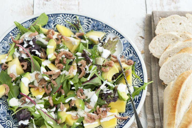 In 10 minuten klaar voor de lunch - Avocadosalade met Hollandse garnalen en mango - Recept - Allerhande