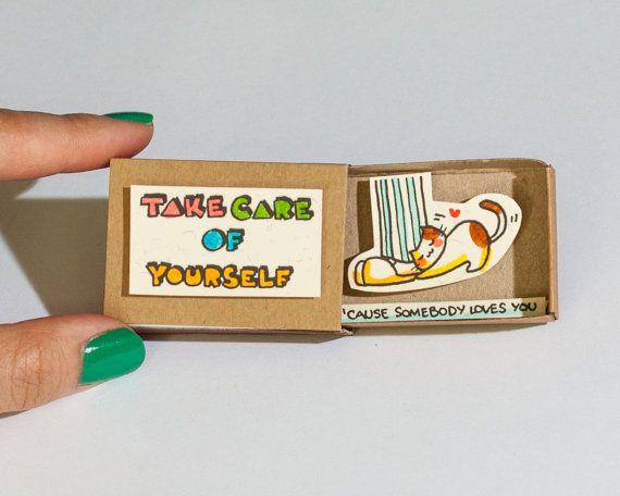 Take care of yourself Liebeskarte  Bitte lesen Sie die Bewertungen unserer Produkte in unserem alten Shop hier: shop3xu.etsy.com  Dieses Angebot gilt für eine Streichholzschachtel. Dies ist eine großartige Alternative zu einem Valentine/Hochzeitstag. Überraschen Sie Ihre lieben mit niedlichen private Nachricht in diese wunderschön gestalteten Streichholzschachteln versteckt!  Jeder Artikel ist handgefertigt aus einer echten Streichholzschachtel. Die Designs sind hand gezeichnet, auf Papier…