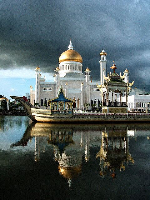 ♂ Travel around the world  Mosques in Brunei. Located in the capital of Brunei, Bandar Seri Begawan, are these beautiful mosques.
