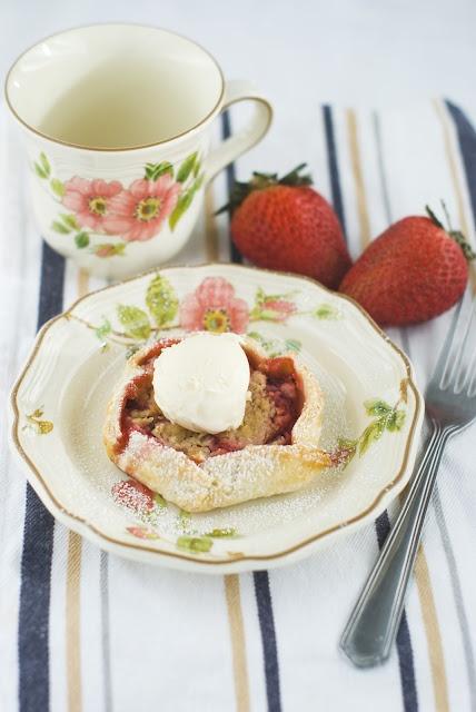 Mini Strawberry Galettes: Strawberries Galett, Minis Dog Qu, Seasons, Minis Strawberries, Food, Posts, Fresh Strawberries, Strawberries Everything
