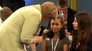 """Video """"Begegnung in Schule: Weinendes Flüchtlingsmädchen bringt Merkel durcheinander"""""""