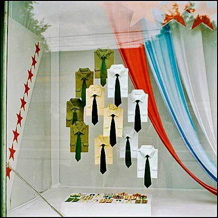 Amalia: display. me gusta este escaparate por el diseño, y la colocación de las camisas