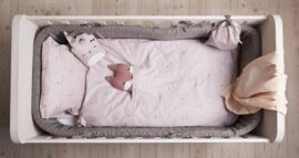 Dit schattige dekbedovertrekje van het Deense merk FABELAB is heerlijk zacht. En wat ontzettend lief is het zakje waar kinderen hun knuffel in kunnen stoppen. Het dekbedovertrek is gemaakt van organisch katoen. Afmeting: Dekbedovertrek: 100 x 140 cm, kussenhoes: 40 x 45 cm Dit overtrekje is tevens verkrijgbaar op 70 x 100 cm.