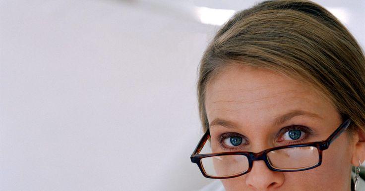 Cómo ajustar los arcos de unas gafas. Los arcos de las gafas, o brazos, son la parte que va desde el marco y se coloca por detrás de la oreja. Junto con las almohadillas para la nariz, los arcos puede que no se ajusten de forma correcta, haciendo que las gafas se te deslicen. Si una persona utiliza gafas todo el tiempo, esto puede ser muy molesto y problemático. En casos extremos, las ...