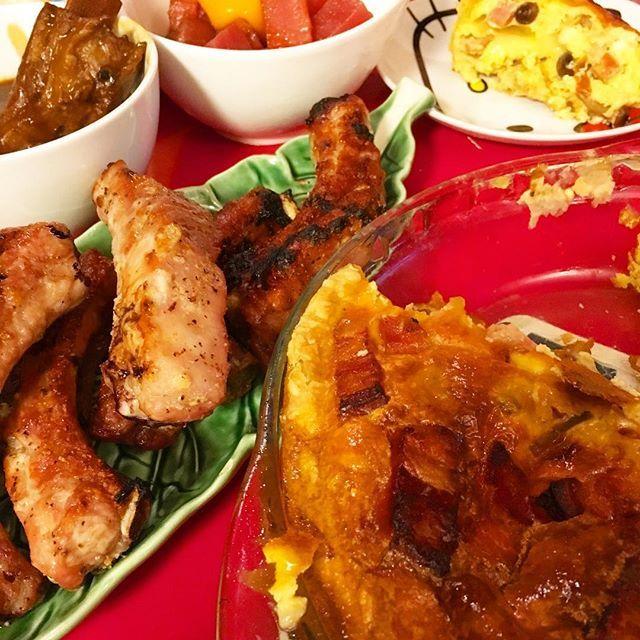 ・ 🍽ベーコンと玉ねぎの餅入りキッシュ 🍽スペアリブのにんにく塩焼き 🍽スペアリブのビーフシチュー 🍽まぐろのユッケ ・ ・ 今日はスペアリブが安かったので肉々しいメニューです🍖 ・ 豚肉でビーフシチューですが、 わたしはスペアリブの食べ方はこれが1番大好きなのです💕トロトロスペアリブ🥘 ・ でも旦那さんはグリルでしっかり焼いた肉っなスペアリブ派🍖 ・ 面倒ですが別々メニューです← ・ ・ 息子はキッシュおかずにごはんモリモリ食べてくれました🍙✨ ・ ・ #お家ごはん #おうちごはん #ごはん #家庭料理 #今日の夕食 #今日の晩ごはん #food #foodporn #肉 #スペアリブ #ビーフシチュー #キッシュ #まぐろ #ユッケ
