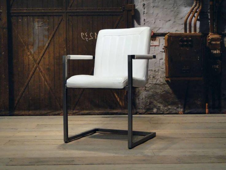 Stoere industriele stoel gemaakt van 100% handgewassen ongecorrigeerd buffelleer. Elke stoel is dus uniek en bevat de oneffenheden welke kenmerkend zijn voor ongecorrigeerd leer. Deze stoel heeft een iets zachtere zit dan onze Chaumont stoel en is leverbaar in 6 kleuren. Deze stoel is ook leverbaar zonder armleuning.