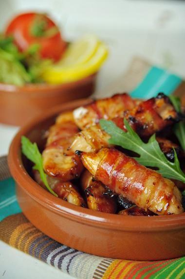 Baconrolletjes met zoete kip  Ingrediënten voor 20 rolletjes 500 gkipfilet, in 20 reepjes gesneden 3 elhonig 1/2 elgrove mosterd 1 elcitroensap 20dunne plakjes bacon of ontbijtspek  zout