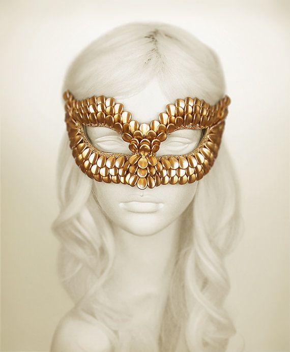 Handgemaakte kralen goud maskerade masker. Versierd met gouden draak schaal vormige kralen. Deze onderdelen worden geplaatst op deze Venetiaanse masker door één die een reptiel of dragon textuur algemene lijkt.  Uw bestelling zal binnen een week na betaling, worden geleverd door DHL of UPS verstrekken van beschikbare online tracering.  BETALING: Na de plaatsing van uw bestelling ontvangt u een e-mail van Shopier, die is geïntegreerd in de Etsy met de Etsy-API voor betalingen. U kunt betalen…