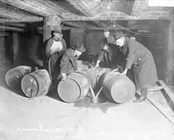 Ley seca en los Estados Unidos - Wikipedia, la enciclopedia libre. La ley seca, entendida como la prohibición de vender bebidas alcohólicas, estuvo vigente en los Estados Unidos entre 17 de enero de 1920 y el 5 de diciembre de 1933. Fue establecida por la Enmienda XVIII a la Constitución de los Estados Unidos y derogada por la Enmienda XXI.