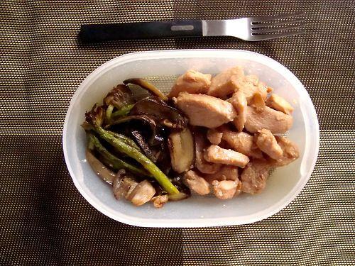 #Schiscetta - Straccetti di Petto di #Pollo glassati al #miele e #sesamo con #asparagi e #melanzane violette #WOK
