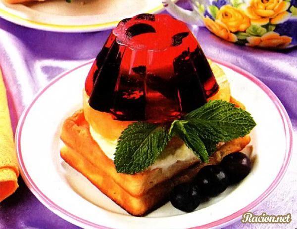 Рецепт Домашнее желе из красной смородины, малины и черники с вафлями. Приготовление   блюда