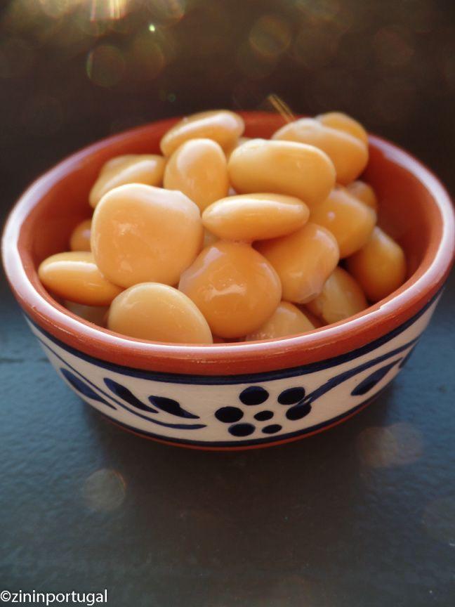 Tremoços (lupineboontjes); hoe eet je die? Lees het op https://zininportugal.wordpress.com/2015/11/14/tremocos-lupineboontjes-als-snack/