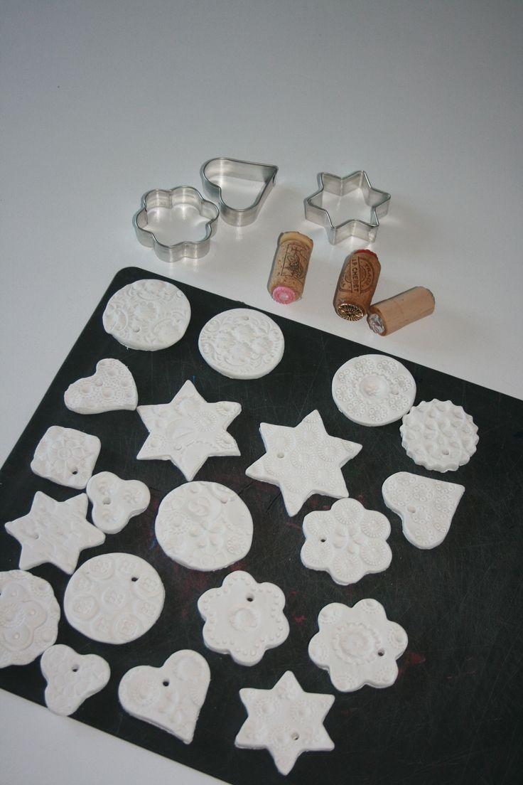 Hangers van klei: Een pakje zelfhardende klei (Action), koekjesvormpjes en stempels van kurken met oude knopen, en je kan ze hierna natuurlijk ook nog schilderen!