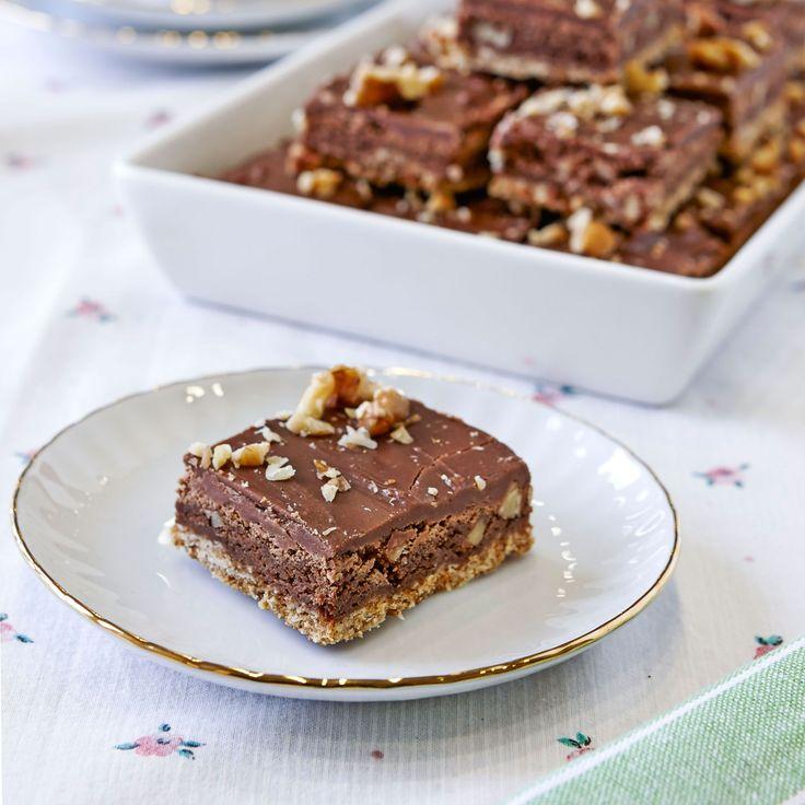 En glutenfri browniedröm med havregrynsbotten och två lager choklad.