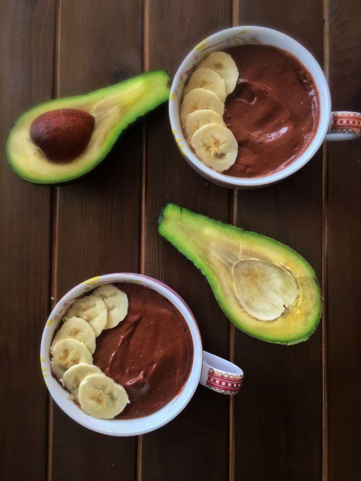Нежный шоколадный пудинг с авокадо, который может быть десертом, завтраком или перекусом время приготовления 5 мин,только четыре ингредиента в блендер и готово! На две порции: 1 мягкий Авокадо, два банана, 6 чл какао, 150г кокосового или миндального молока. Быстро! Шоколадно!