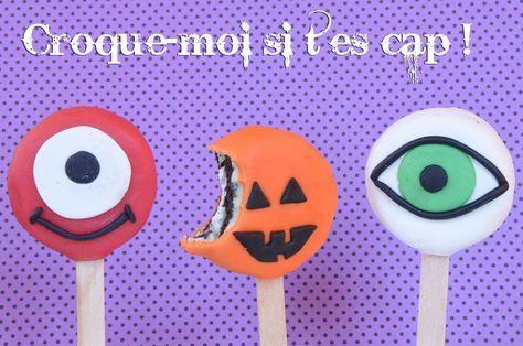 Recette de sucettes biscuits Oréo Halloween, faciles à faire : il faut les recouvrir de pâte d'amande ou de pâte à sucre et les décorer de petits monstres !