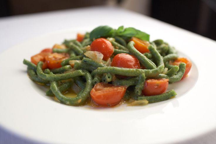 Przepis na wyśmienity zielony makaron bucatini z pomidorkami cherry, boczkiem i serem pecorino #100club #inspiracje #pasta #fitfood