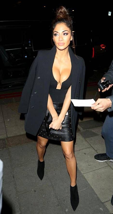 X Factor -tuomari Nicole Scherzinger käänsi jälleen katseita uhkealla olemuksellaan – yllä povea paljastava toppi ja nahkainen minihame - Viihde - Ilta-Sanomat