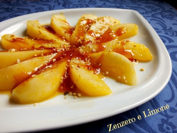Le pere caramellate all'arancia sono un dessert leggero da servire a fine pasto; un modo un po' diverso di presentare la frutta. Una ricetta semplicissima.